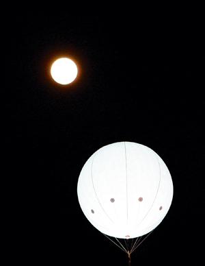 """""""月亮灯""""与月亮竞圆"""
