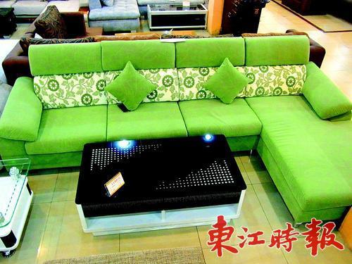 这套沙发外观使用白色底,绿色花的组合,显得清新可爱.