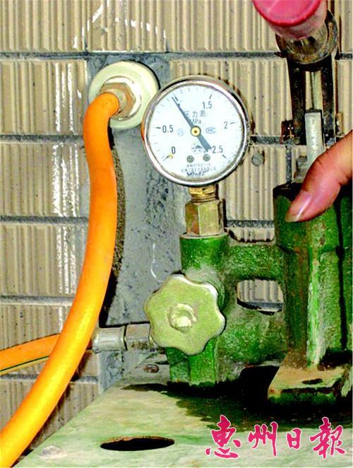 砖墙上;即热式电热水器需要专用电线,因此,水路到位的同时专用电线也