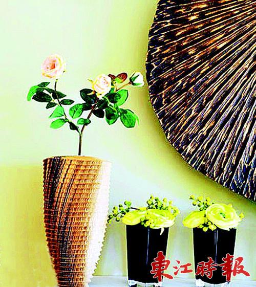 瓦楞纸折成的花瓶有着天然的质感.
