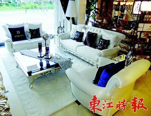 表面涂上白亮光烤漆,使得这款白橡木餐桌椅更显晶莹