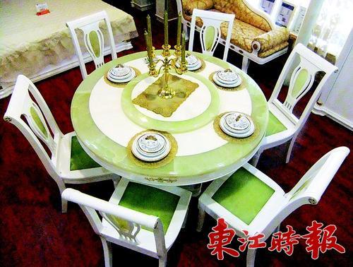 表面涂上白亮光烤漆,使得这款白橡木餐桌椅更显晶莹剔透.