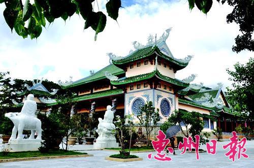 岘港茶山半岛上的庙宇与中国的庙宇建筑风格很像,但在细部