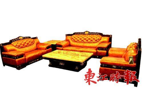 沙发靠背采用传统欧式的拉纽扣设计,一些地方则用波浪状的金属线
