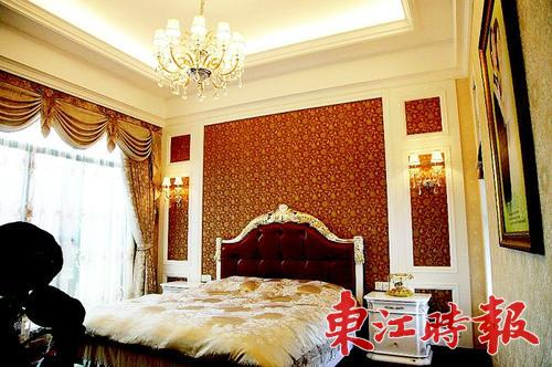 深浅双层窗帘,方形天花吊顶及典型欧式水晶吊灯