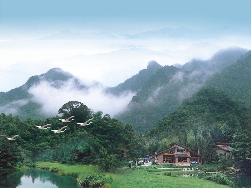 一、生态旅游观光农业  绿色博罗美如画.博罗县以通过省级林业生态县验收为契机,大力开展绿色山川、绿色村庄、绿色家园以及各类特色无公害农产品生产示范基地和品牌的创建活动,建设了80多个特色农业生产基地、17个国家级无公害农产品生产基地。图为博罗湖镇特色农业种植区鸟瞰。 惠州拥有丰富的自然资源。全市陆地面积占珠江三角洲经济区的1/4。广东三大水系之一的东江、西枝江横贯境内,是供给香港、深圳、广州等地的主要水源。全市有省级、国家级风景名胜及自然保护区6处,著名的旅游区有惠州西湖、罗浮山、南昆山、汤泉、大亚湾海滨