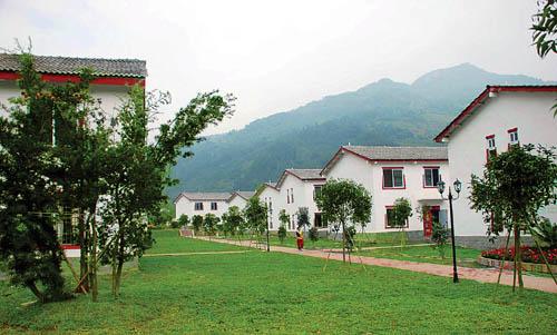 文化墙有半人高,上面装有木栅栏,立柱上还有马灯.