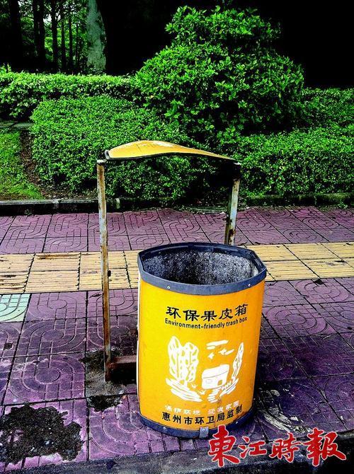 公园景观小品垃圾桶被损坏