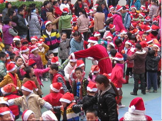 惠城区童昇幼儿园由个人投资600多万元建起,创办于2006年9月,是惠州市一级幼儿园。   幼儿园占地面积5400,生均占地面积9,建筑面积3324,生均建筑面积5.4,户外活动场地2520,生均户外活动面积4.1,绿化面积覆盖达70%.我园各课室宽敞明亮,各种教学设施完善齐全,另设有科学室、美术室、图书室、舞蹈室、综合游戏室、玩水池、玩沙池、种植园地、养殖角及各种大小型户外玩具,各面积均达标。   我们的特色:幼儿园现有小、中、大共有15个教学班,在园幼儿人数为480人,教职工为68