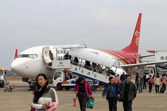 一架飞机抵达机场